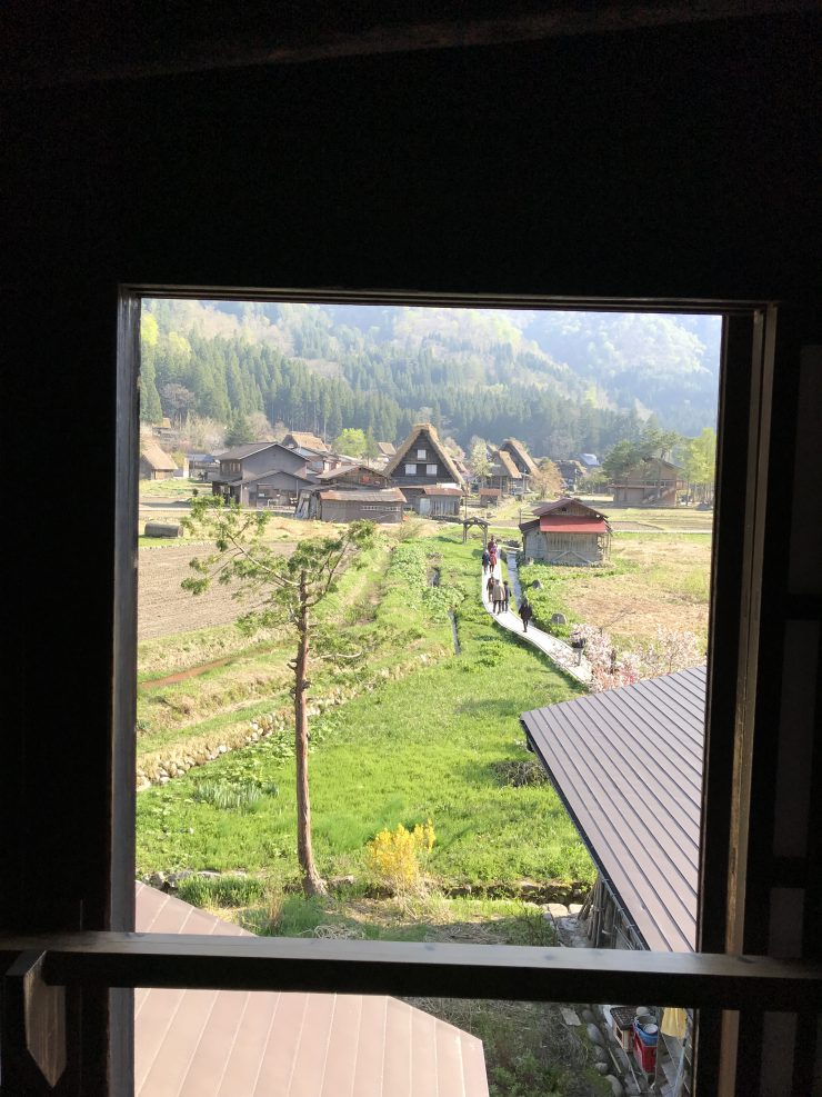 合掌造りの家の2階の窓からの風景